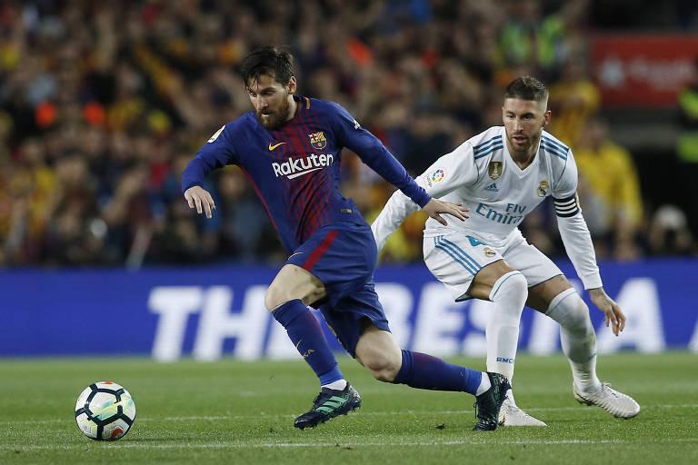 Lionel Messi, do Barcelona, passa por Sergio Ramos, do Real Madrid, durante jogo do Campeonato Espanhol