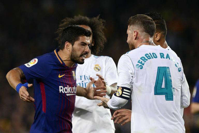 O uruguaio Luis Suárez (à esq.), do Barcelona, discute com Sergio ramos, do Real Madrid, em partida válida pelo Campeonato Espanhol, em maio de 2018