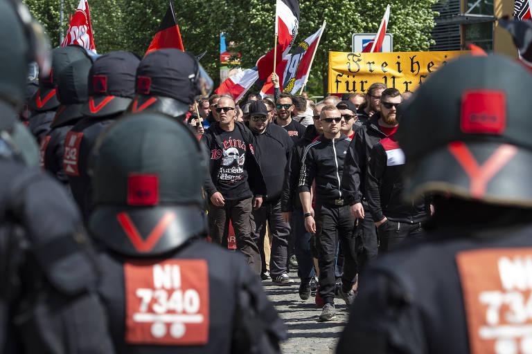 Policiais observam manifestação de grupos de extrema direita liderada pelo NPD na cidade de Erfurt