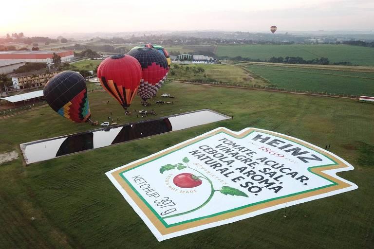 Rótulo gigante da Heinz, com três balões à sua esquerda