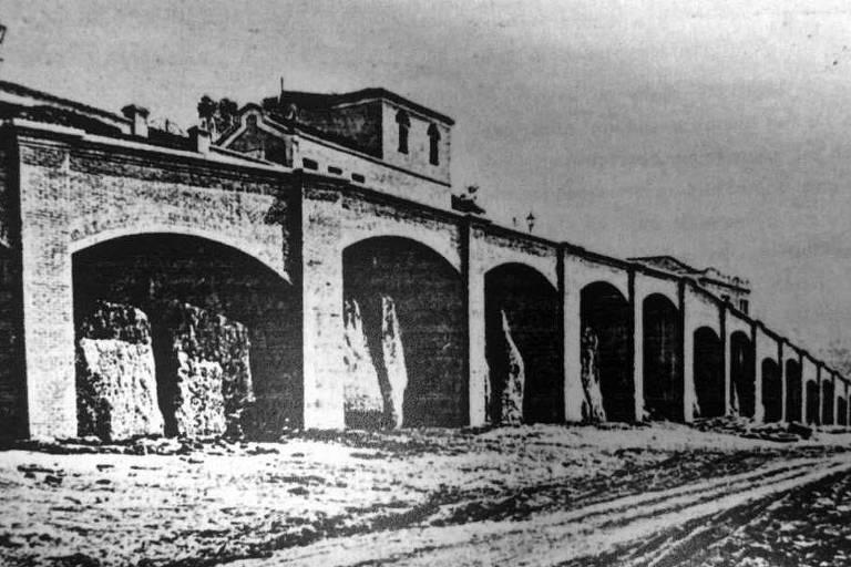 Estrutura conhecida como Arcos do Jânio já era prevista no mapa do final dos anos 1800, mas acabou escondida por casas construídas entre 1930 e 1950; voltou a aparecer em 1987, quando Jânio Quadros demoliu os imóveis para obras da av. 23 de Maio