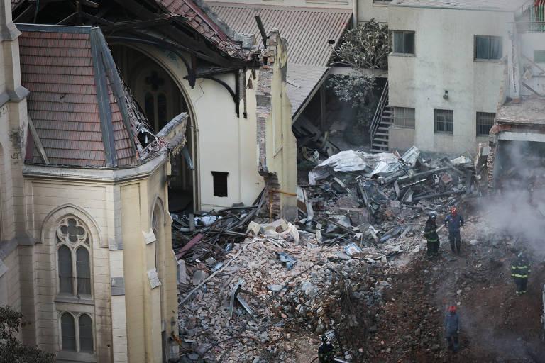 Bombeiros trabalham nos escombros do prédio que desabou após ser atingido por incêndio no largo do Paissandu