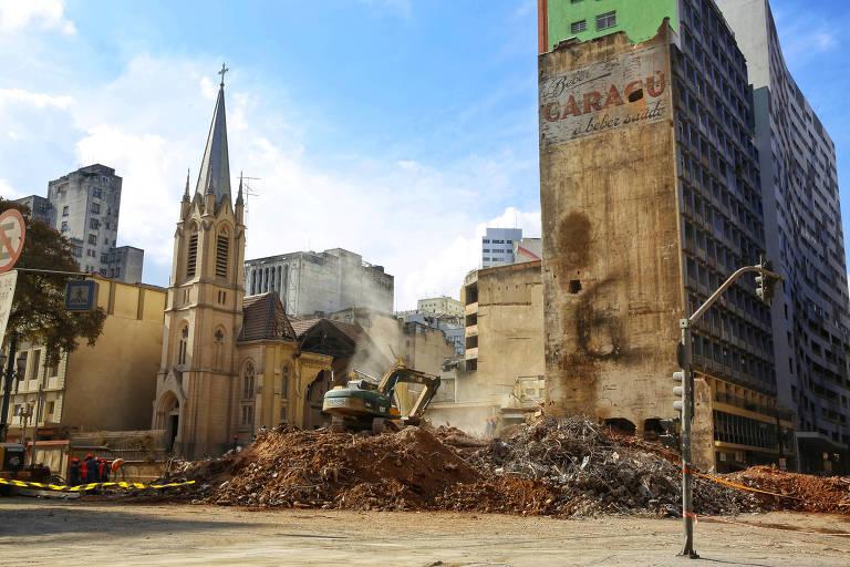 Escombros de prédio que desabou uma semana após desabamento em SP