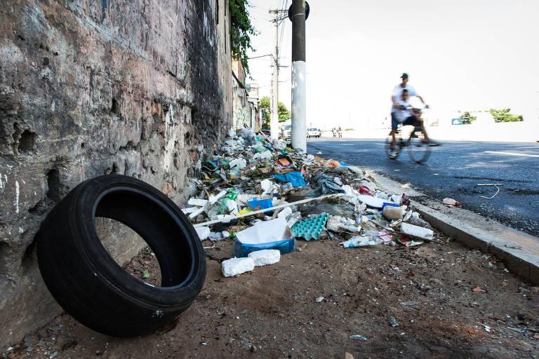 Sujeira e entulho espalhados em calçada na avenida do Estado, na região central de SP; zeladoria da prefeitura é alvo de críticas