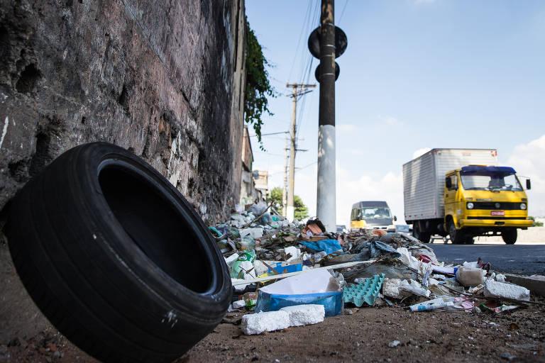 Lixo acumulado em calçada da avenida do Estado, no centro de São Paulo