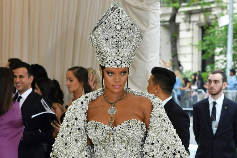 'Sigo a religião Rihanna', dizem internautas sobre roupa de papa no Met Gala 2018