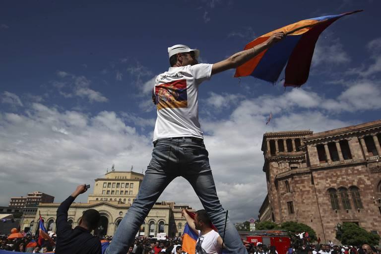 Manifestantes comemoram em Ierevan, capital da Armênia, a eleição de Nikol Pashinian como novo primeiro-ministro