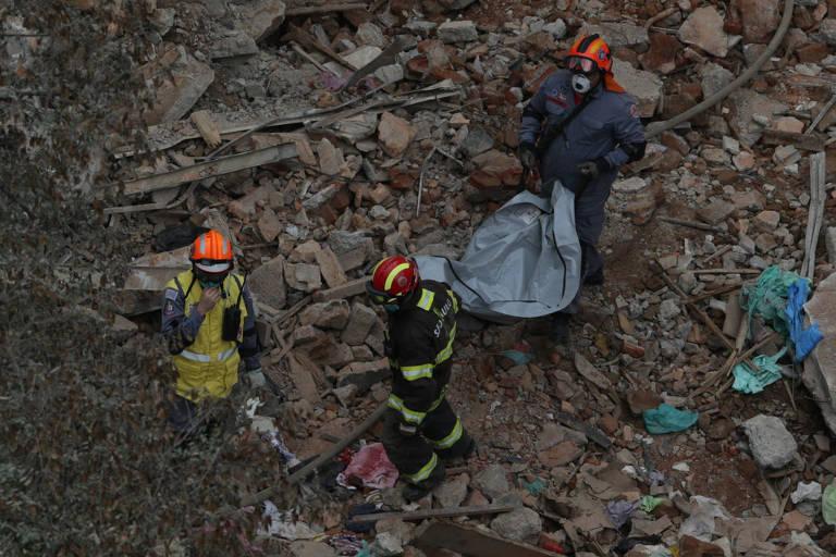 Bombeiros retiram segundo corpo sob escombros de prédio que caiu no centro de SP