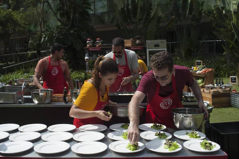 Participantes em prova do MasterChef, realizada em um hotel fazenda