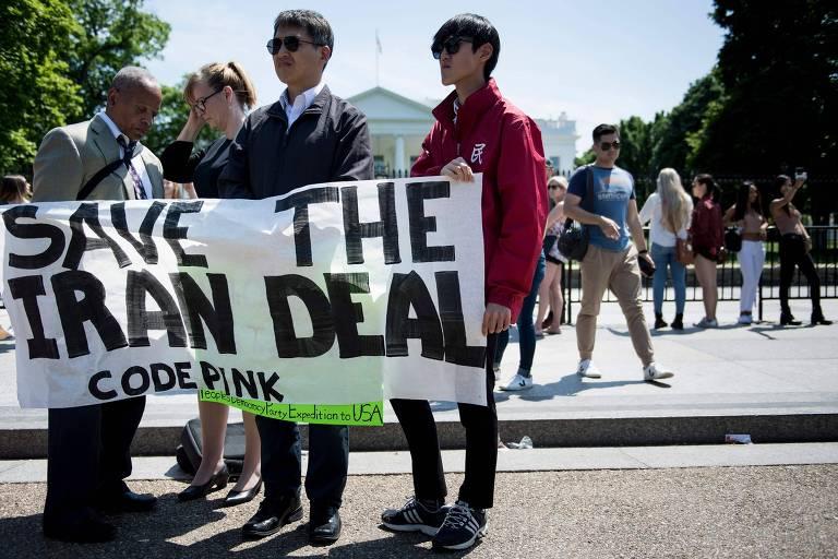 Manifestantes do lado de fora da Casa Branca defendem a manutenção do acordo com o Irã