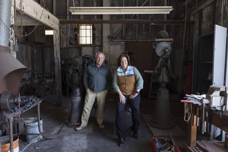 homem e mulher de pé num armazém