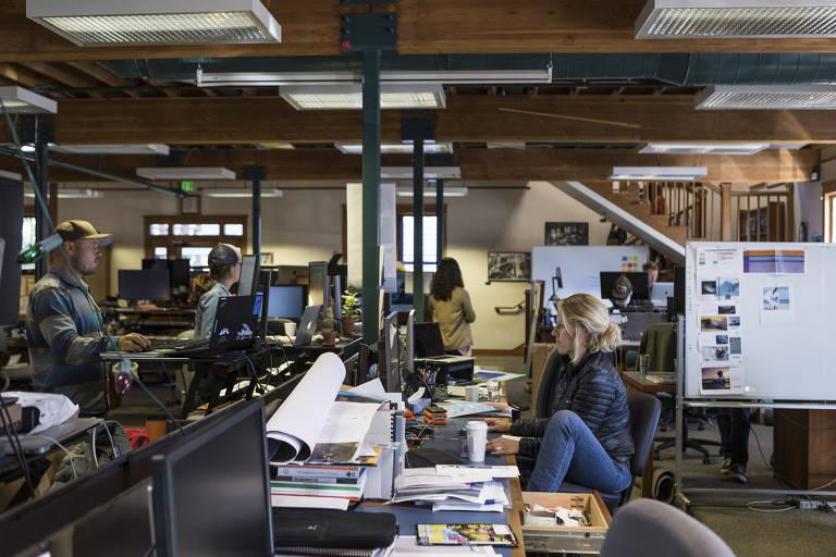 funcionários trabalhando em escritório