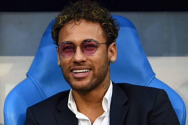 Atacante brasileiro Neymar acompanha a final da Copa da França entre o Paris Saint-Germain e Les Herbiers