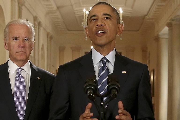O então presidente dos EUA, Barack Obama, anuncia a assinatura do acordo nuclear com o Irã em 2015; à esq., o vice Joe Biden
