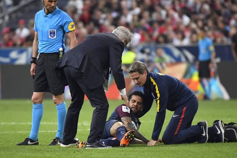 Daniel Alves recebeu atendimento ainda no gramado e precisou deixar o campo antes do fim da partida