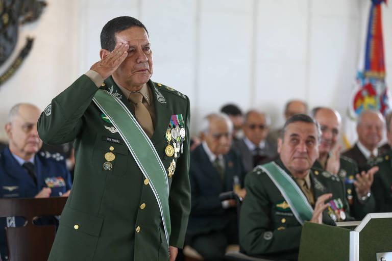 General Antonio Hamilton Mourão durante cerimônia de sua passagem para a reserva; atualmente, ele é vice de Bolsonaro na disputa à Presidência