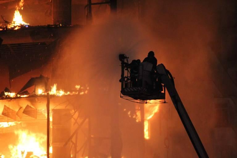 Bombeiros trabalham no combate a incêndio em prédio de 26 andares invadido por sem-teto no centro de São Paulo