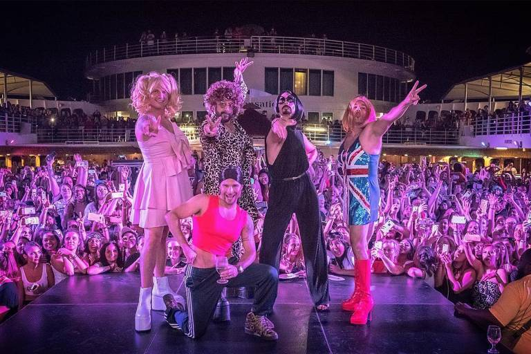 Integrantes da banda Backstreet Boys se vestem de Spice Girls