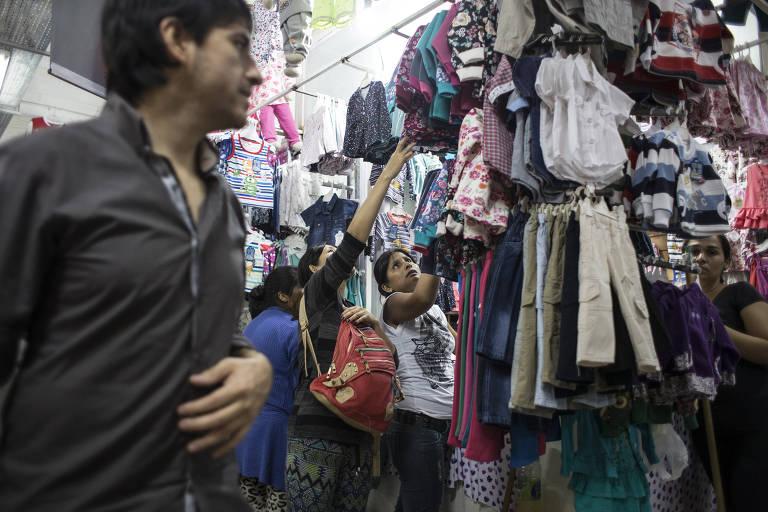 Consumidores no mercado La Salada antes da crise do novo coronavírus