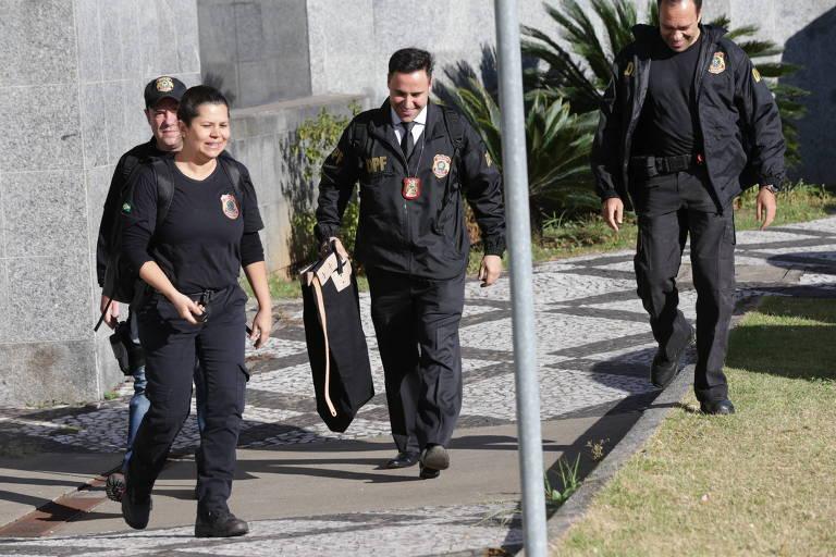 Policiais federais carregam malote na sede em São Paulo durante operação Prato Feito