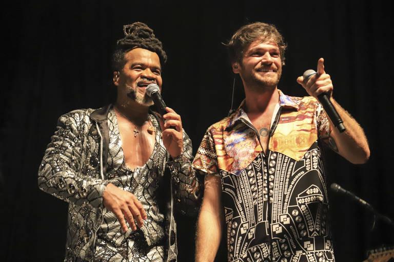 Emílio Dantas faz dueto com Carlinhos Brown em festa da novela 'Segundo Sol'