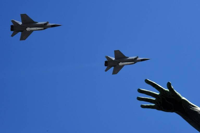 Interceptadores MiG-31 carregam mísseis hipersônicos Kinjal em desfile militar em Moscou
