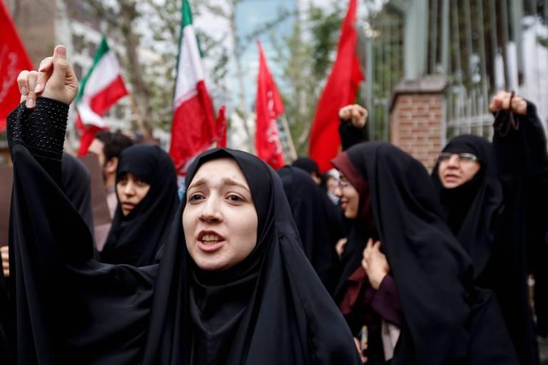 Mulheres iranianas fazem protesto contra os EUA em frente ao local onde funcionava a embaixada do país em Teerã