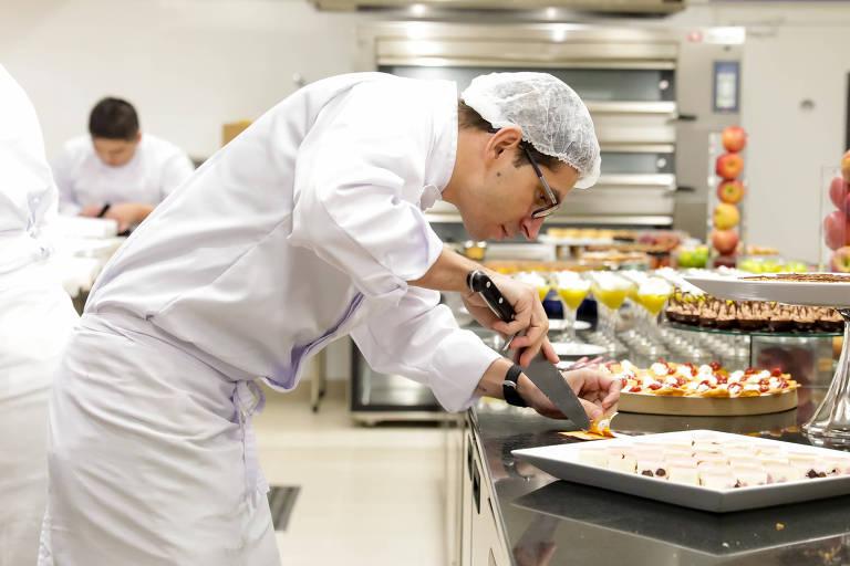 Cozinheiro prepara receitas para o jantar de inauguração da primeira unidade brasileira do Le Cordon Bleu, em São Paulo