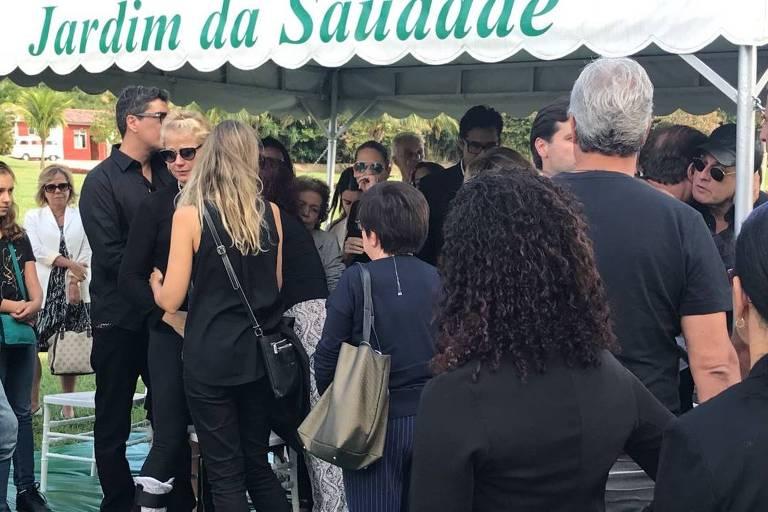 Sasha consola a mãe, Xuxa Meneghel, no enterro da avó