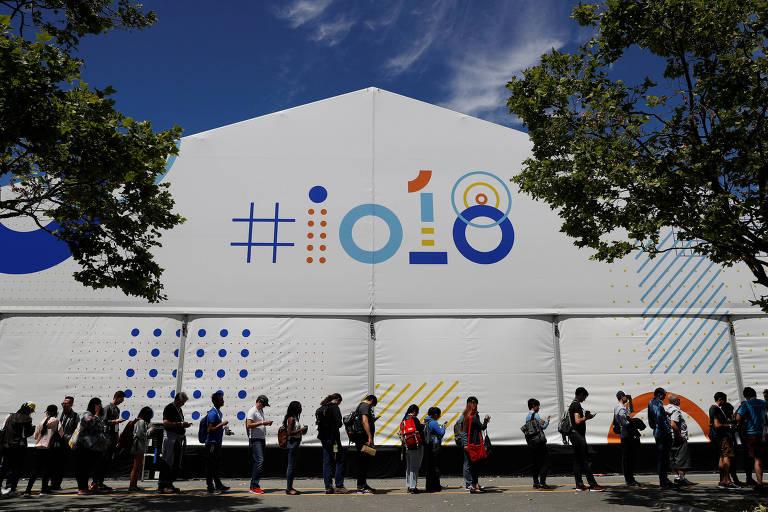 Pessoas aguardam sessão durante encontro anual Google I/O em Mountain View