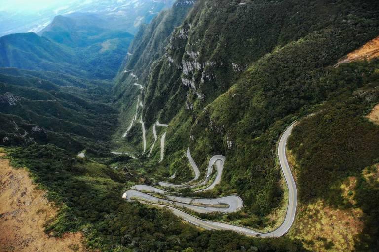 A estrada da serra do Rio do Rastro atravessa um caminho sinuoso no meio de um vale. Ela percorre as encostas dos morros à medida que sobe a serra
