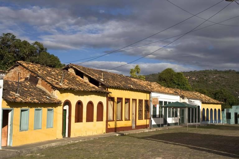 Casario colorido da Vila de Igatu, na Chapada Diamantina