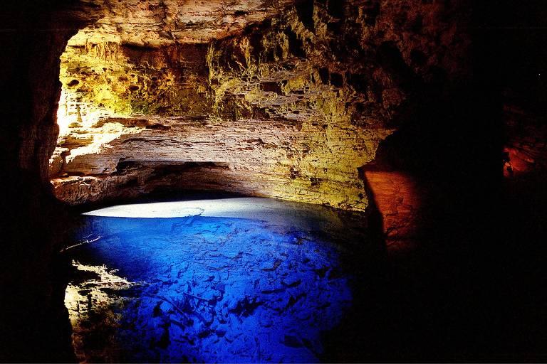 Águas azuis do Poço Encantado, na Chapa Diamantina