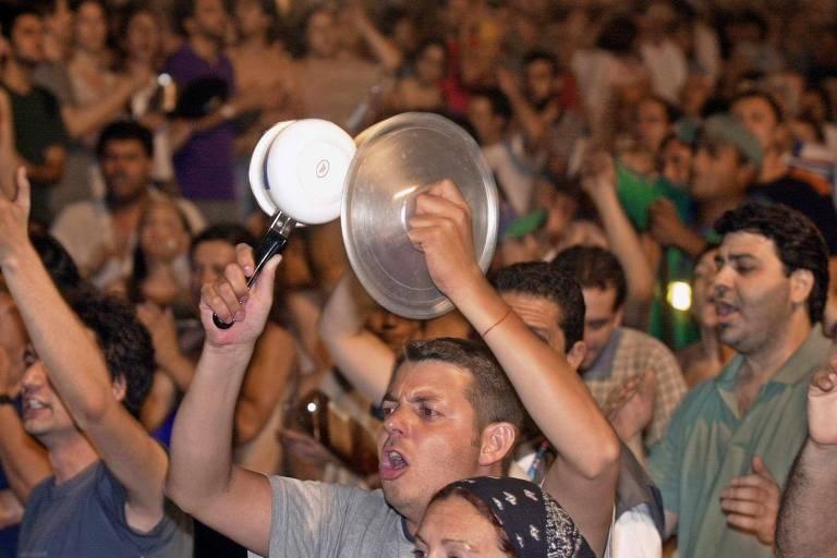 Argentinos batem panela em manifestação contra De La Rúa