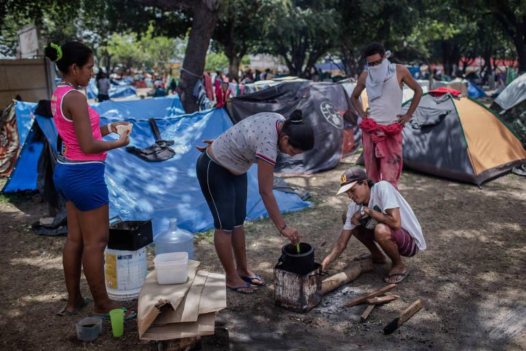 Comunidade de venezuelanos acampados em praça em Boa Vista, capital de Roraima
