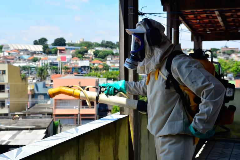 Agentes da prefeitura usam fumacê para combater o aedes na região de Guaianases, zona leste de São Paulo