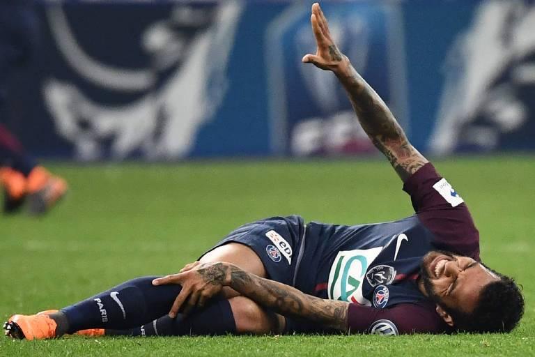 Daniel Alves se machuca e vira dúvida para a Copa
