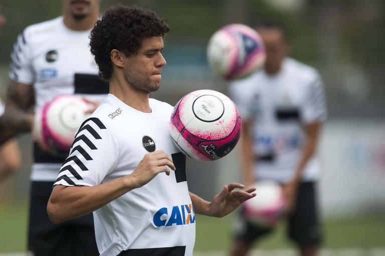 ef2d98e1ed Victor Ferraz domina a bola com o peito em treino do Santos