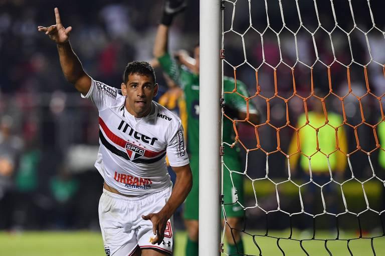 Diego Souza, de canela, marcou o gol da vitória são-paulina no Morumbi