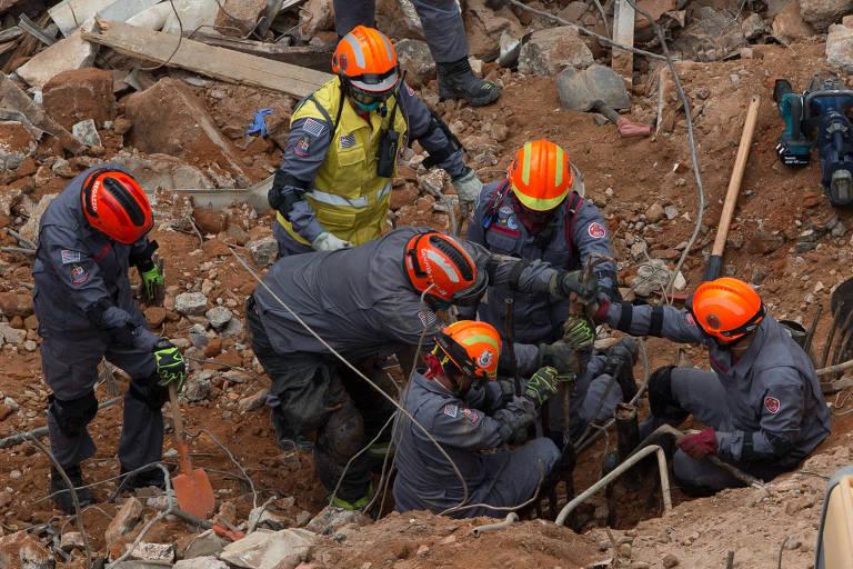 Bombeiros trabalham nas buscas por vítimas em escombro de prédio no centro de São Paulo