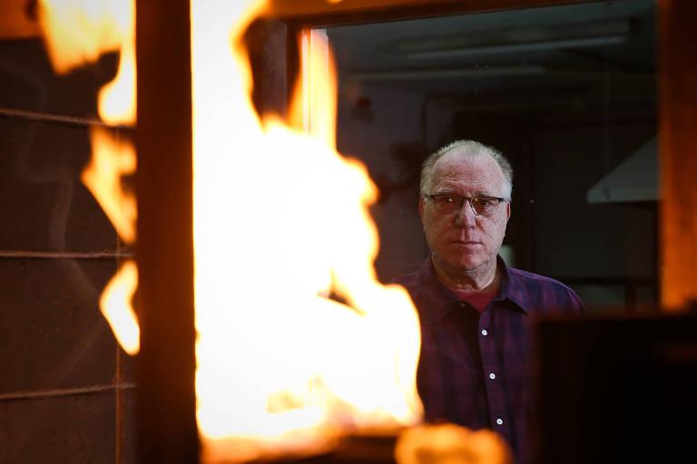 O engenheiro Antônio Fernando Berto no Laboratório de Segurança ao Fogo e a Explosões do IPT (Instituto de Pesquisas Tecnológicas)