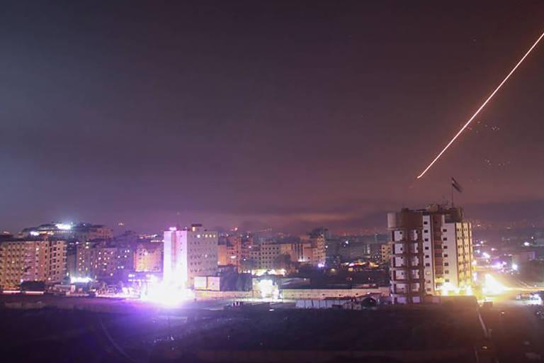 Imagem divulgada por grupo ligado ao governo sírio que mostra um míssil israelense sendo interceptado pelo sistema antiaéreo em Damasco