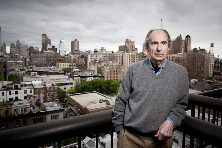 O escritor Philip Roth na sacada de seu apartamento, em Nova York