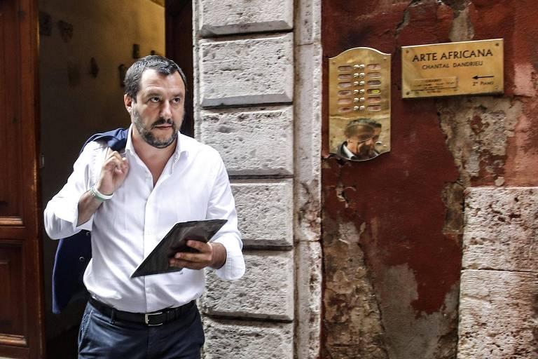 O líder da Liga, Matteo Salvini, caminha em Roma após comunicado conjunto com o 5 Estrelas em que indica avanço nas negociações