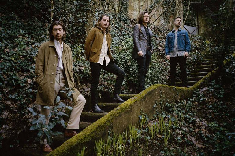 """A banda Arctic Monkeys em foto de divulgação do álbum """"Tranquility Base Hotel & Casino"""" (2018). Da esquerda para a direita: Alex Turner (guitarra e voz), Jamie Cook (guitarra), Nick O'Malley (baixo) e Matt Helders (bateria)."""