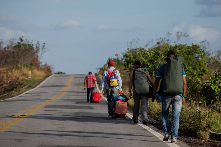 Venezuelanos que não conseguem carona caminham 200 km entre Pacaraima, na fronteira de Roraima com a Venezuela, e Boa Vista