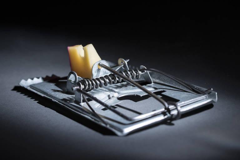 Ratoeira de metal com isca de queijo