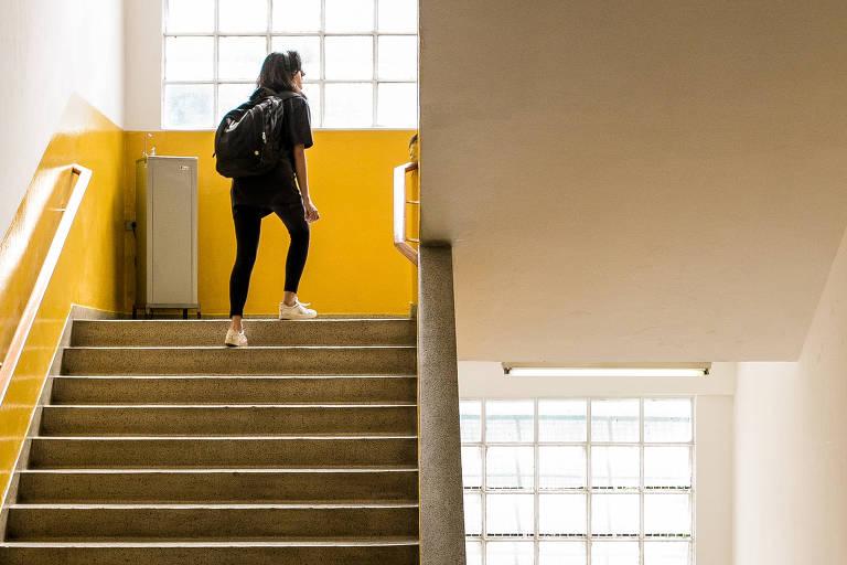 Estudante sobe escadas na unidade Tamandaré do Anglo Vestibulares