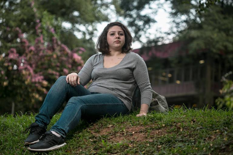 A aluna de letras da USP Giovanna Tezzei no campus da universidade