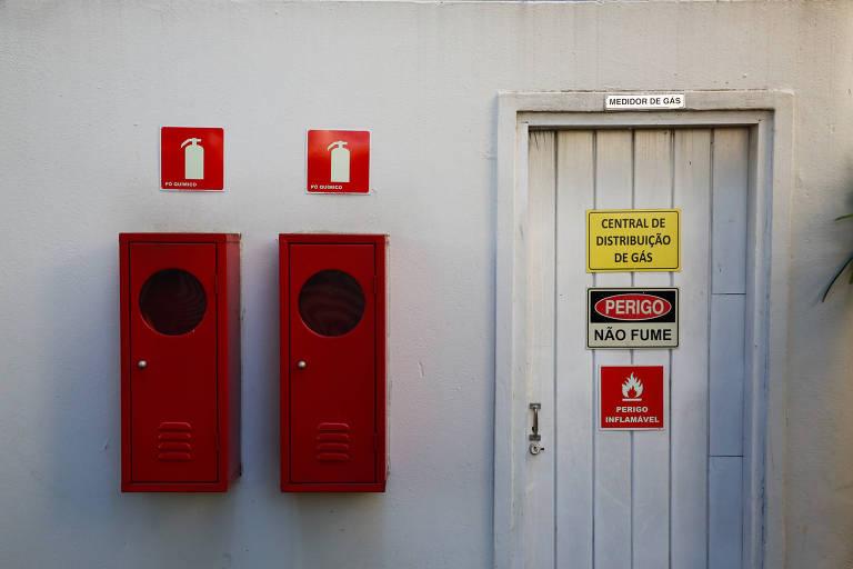 Placas e outras sinalizações anti-incêndio em prédio